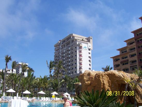 Costa de Oro Beach Hotel: Looking north past the Costa de Oro to The Inn @ Mazatlan right next door.