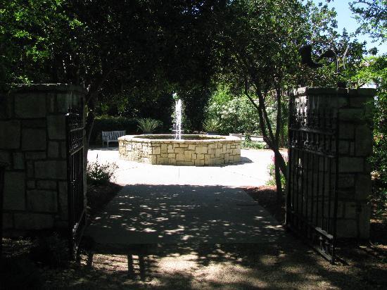 Arboreto y Jardín Botánico de Dallas: Boswell Family Garden entrance