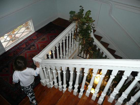 The Little White House Bed & Breakfast At The Charles Dick House : Stairway