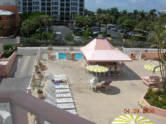 SeaSpray Inn Beach Resort: pool & tiki hut bar from our balcony