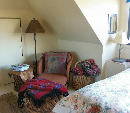 Tubac Country Inn: Cozy, cool reading nook; upstairs room