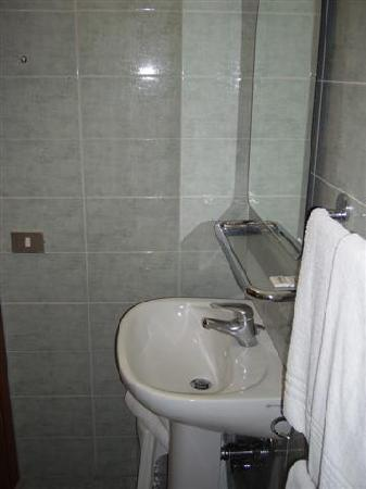 Verona Hotel: Bathroom