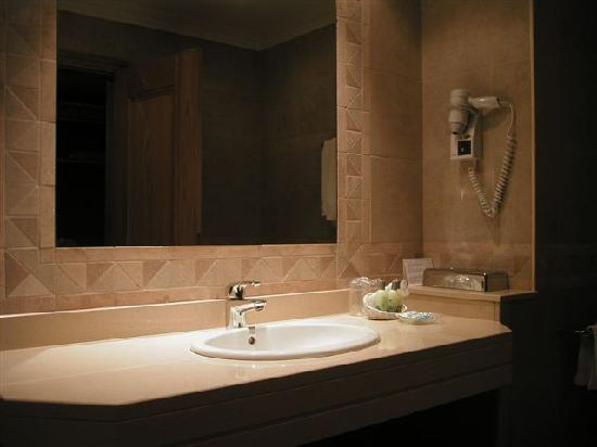 Porto Mare Hotel: Bathroom (with lots of lovely complimentary accessories!)