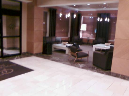 DoubleTree by Hilton Chicago - Arlington Heights : Lobby by front desk and entry
