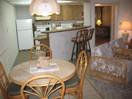 Freeport Resort & Club: Dining and kitchen area