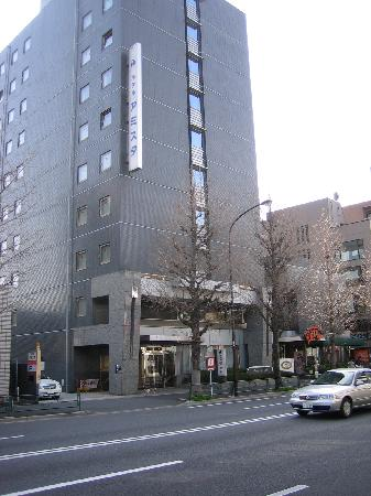 Hotel Route Inn Tokyo Asagaya: View of hotel from accross the street.