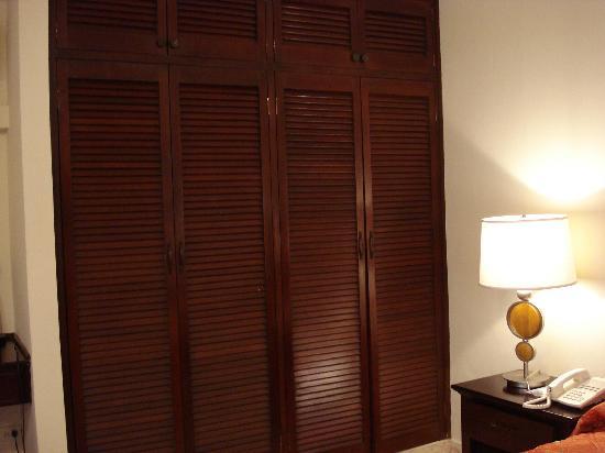 Sevilla Suites Apart-Hotel : Vista del placard y de costado el escritorio