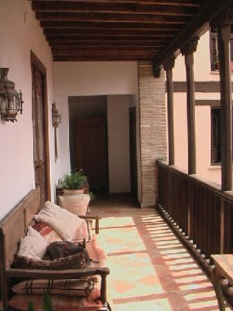 Casa Del Aljibe Guest House : Walk way on first floor