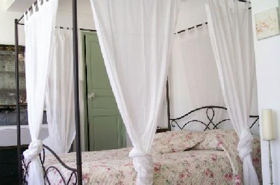Villa de Lorgues : le lit de la chambre la coquine