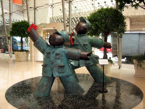 Cordis, Hong Kong at Langham Place: Slightly Subversive Lobby Sculpture