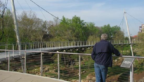حديقة فولس بارك أون ذا ريدي: Liberty Bridge at Falls Park on the Reedy