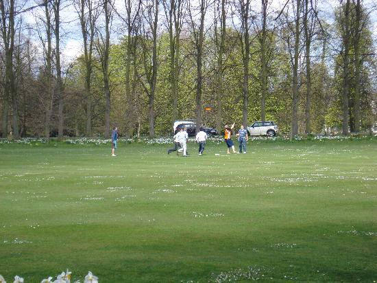 Trinity College: Estudiantes jugando en zona verde privada del colegio