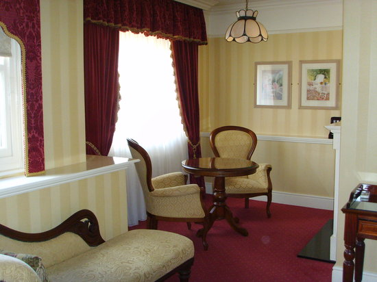 Arbutus Hotel: Sitting room in a guest suite