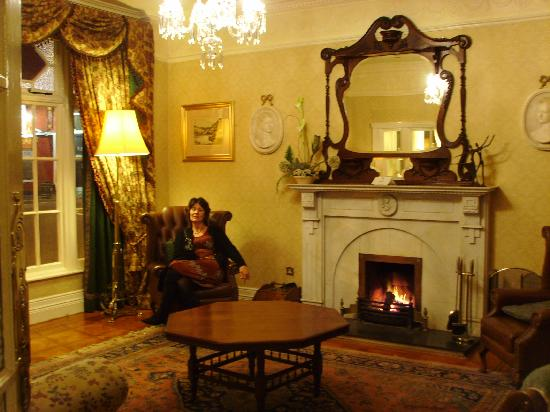 Arbutus Hotel: Sitting room in the evening