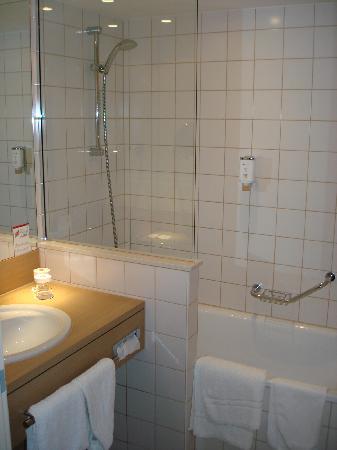 H+ Hotel Bochum: Bathroom