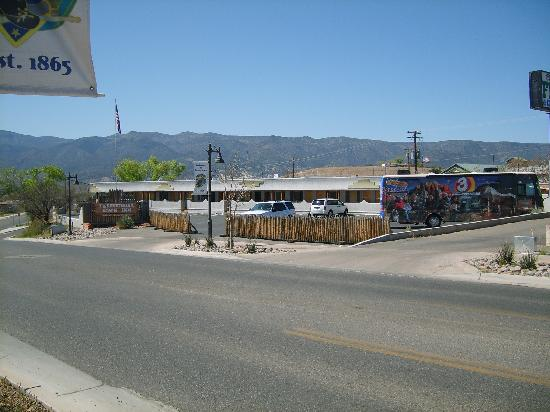 Fort Verde Suites: Pic of the Territorial Town Inn from across the street