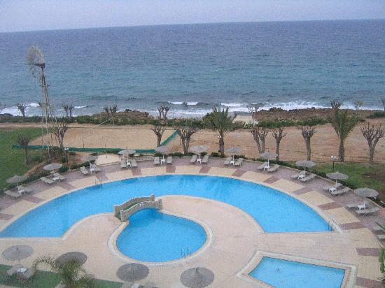 Pernera Beach Hotel: The poolside at Pernera Beach on a windy day