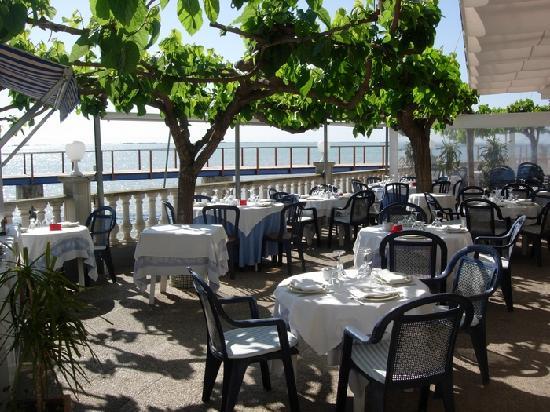 Hotel Juanito Platja: Foto de una parte de la magnifica terraza sobre el mar del Restaurante
