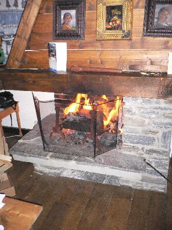 Le Jeu de Paume: la cheminée du chalet Emanuelle