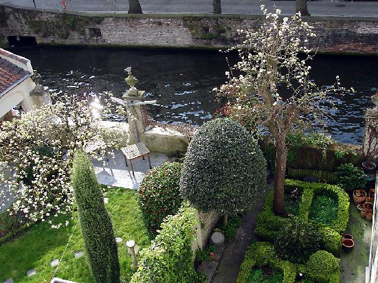 Huyze Hertsberge: View from our room showing garden & canal