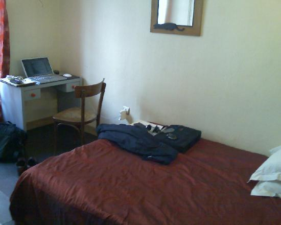Hotel de l'Aveyron: small but adequate room