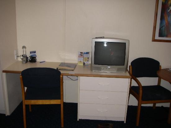 Ventura Inn & Suites Hamilton: The desk and TV