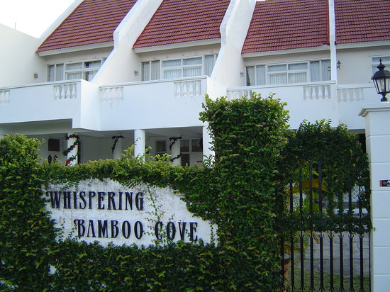 Whispering Bamboo Cove Resort: Front of hotel