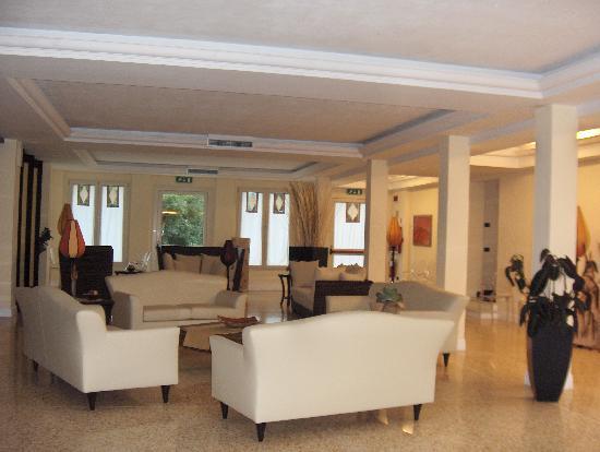Logos Hotel: Hotel Lobby