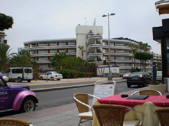 Tamaran Apartments : view of Tamaran from local restuarant Moby's