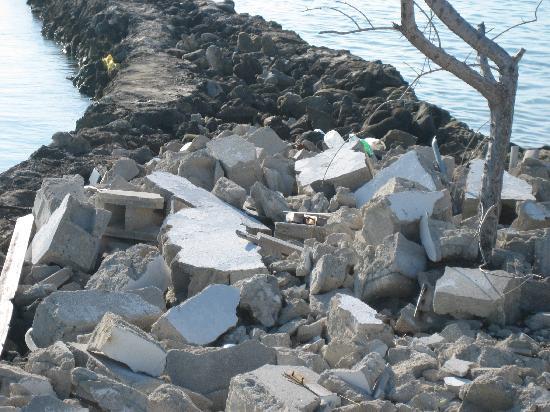 Giravaru Resort : iron and building blocks garbage on docks