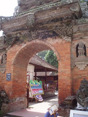 Puri Saren Palace: entrance of puri saren