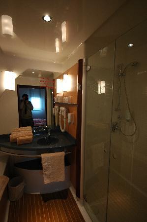 Novotel Suites Calais Coquelles Tunnel sous La Manche : Shower