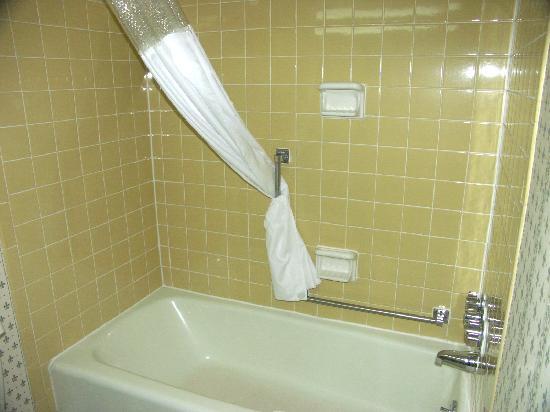Quality Inn Shenandoah Valley: bathrooms