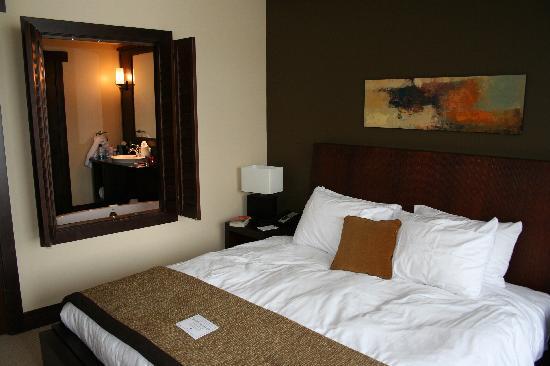 Nita Lake Lodge : Bedroom with shutters open to bathroom