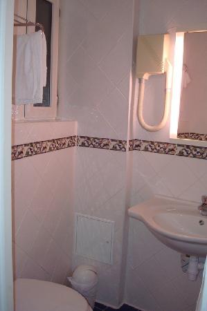Hotel Bonaparte: Bathroom