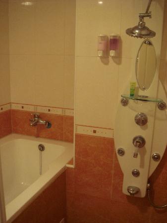 Ta Sun  Hotel: Spa shower and bath tub