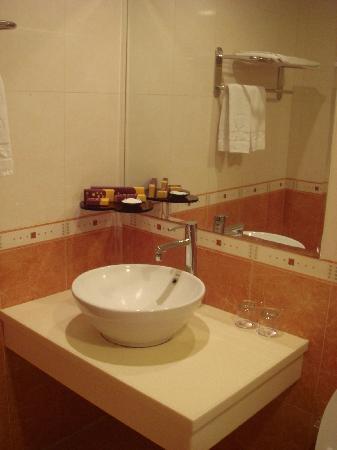 Ta Sun  Hotel: Wash Basin with basic amenities provided