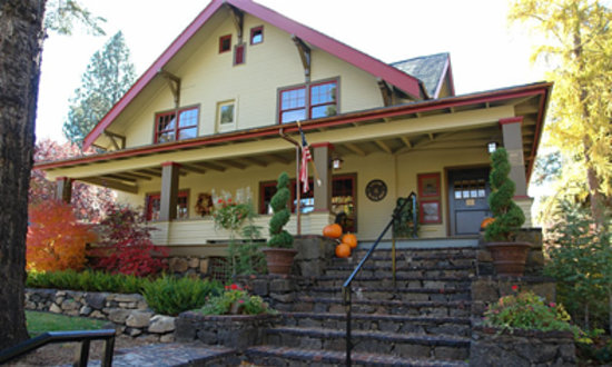 Lara House Bed and Breakfast: Outside shot of Lara House Lodge