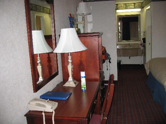 BEST WESTERN Irving Inn & Suites at DFW Airport: desk, tv cab