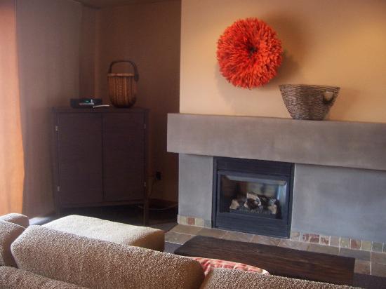 ريد ماونتن ريزورت: fireplace in living room