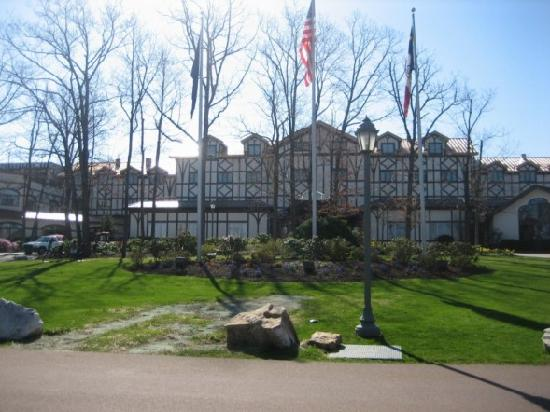 Nemacolin Woodlands Resort & Spa: The lodge next to the main building - it has the pizza parlor, shops and Autumn Restaurant