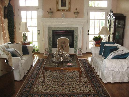 Lillian Farms Country Estate: Formal Living Area