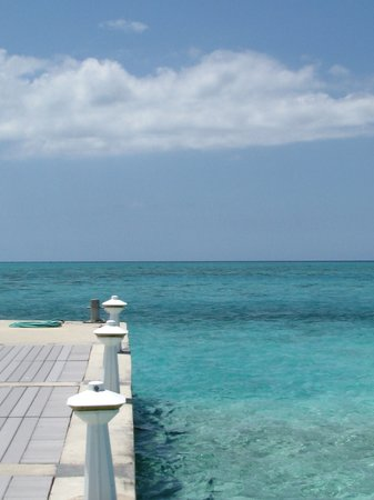 Pantai Seven Mile, Grand Cayman: Rum Point on the peer looking out toward open water
