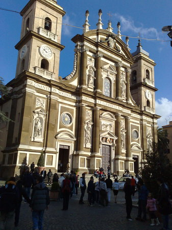 Frascati, Itália: Cathedral showing the 1698 facade (and the Saturday afternoon crowds)