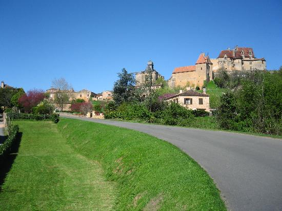Le Prieure du Chateau de Biron : Le Prieure is to the left
