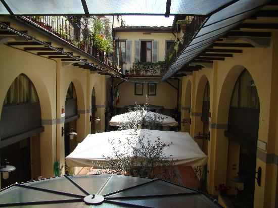 Residence La Contessina: Out our window to the hotel courtyard
