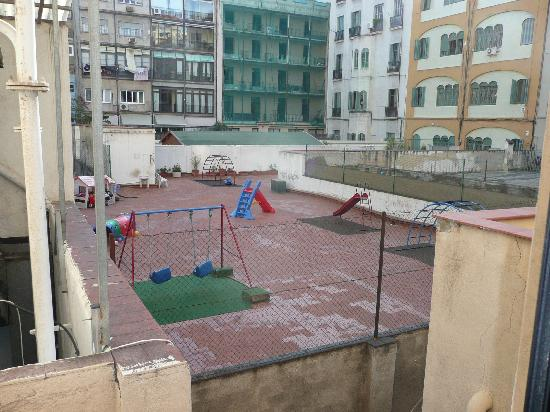 Hotel Roger De Lluria Barcelona: Playground out the window