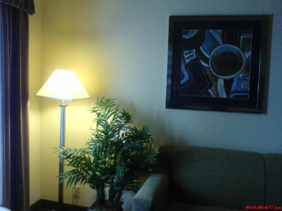 Hampton Inn & Suites Orlando - John Young Pkwy / S Park: Couch area with desk and lamp