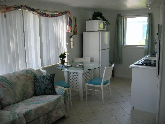 Tropical Winds Motel & Cottages: Kitchen/dining