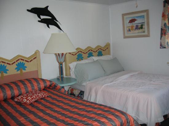Tropical Winds Motel & Cottages: Bedroom